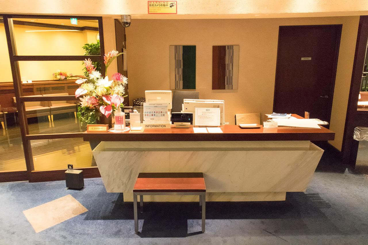 羽田空港国内線第2ターミナルのラウンジ受付