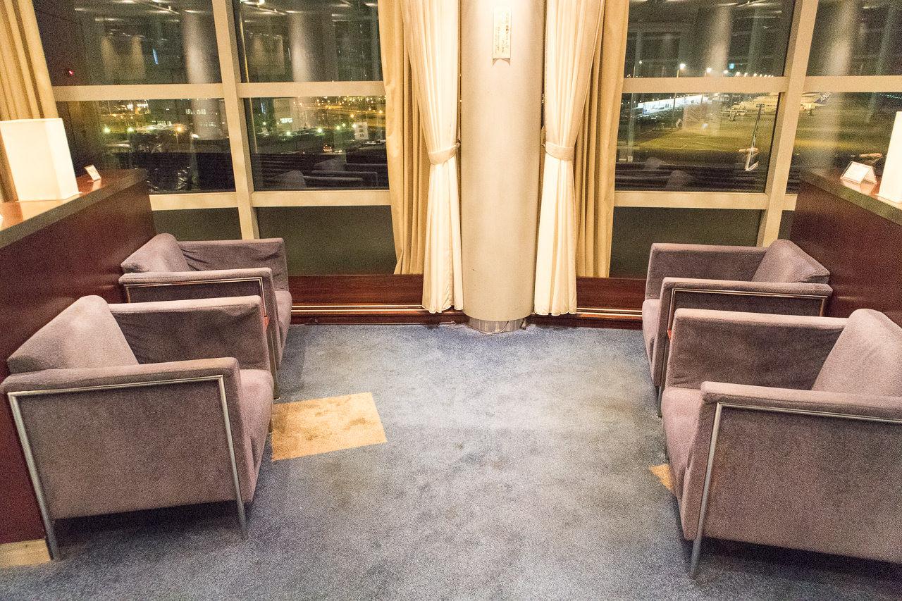 羽田国内線第2ターミナルのラウンジソファー