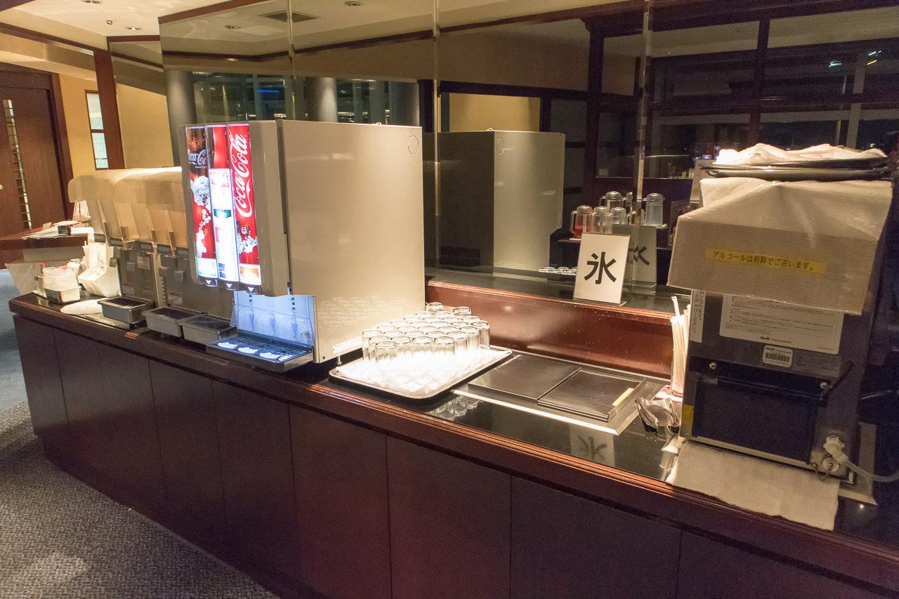 羽田空港国内線第2のラウンジのドリンクバー受付側