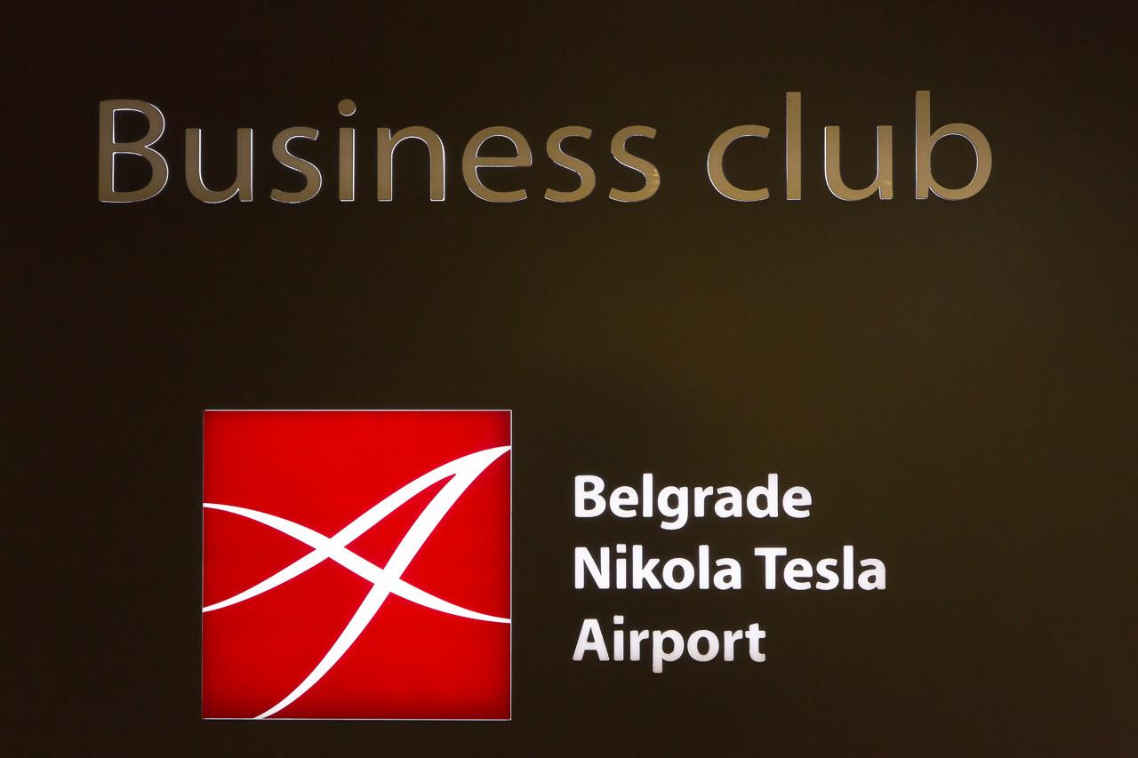 セルビア_ベオグラード_ニコラ・テスラ空港の看板