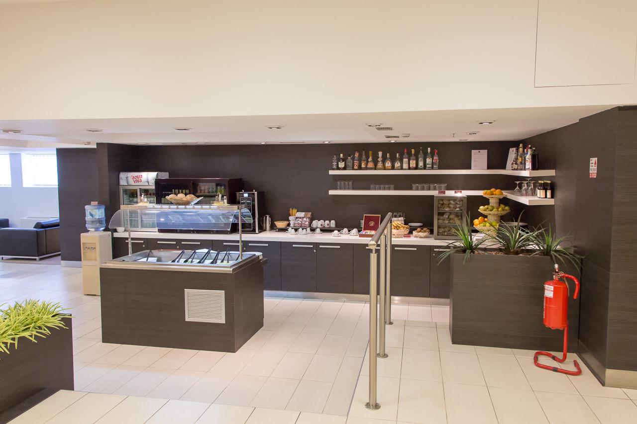 セルビア_ベオグラード_ニコラ・テスラ空港_フード・ドリンクコーナー全体写真