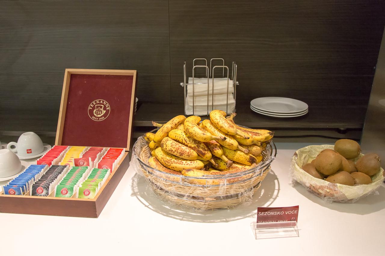 セルビア_ベオグラード_ニコラ・テスラ空港_果物と紅茶