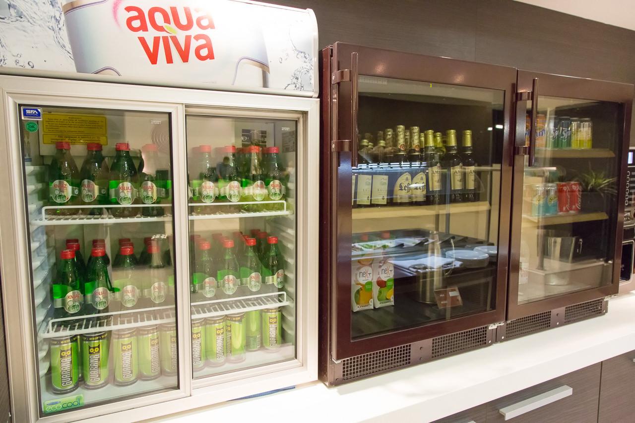 セルビア_ベオグラード_ニコラ・テスラ空港_冷蔵庫のドリンク