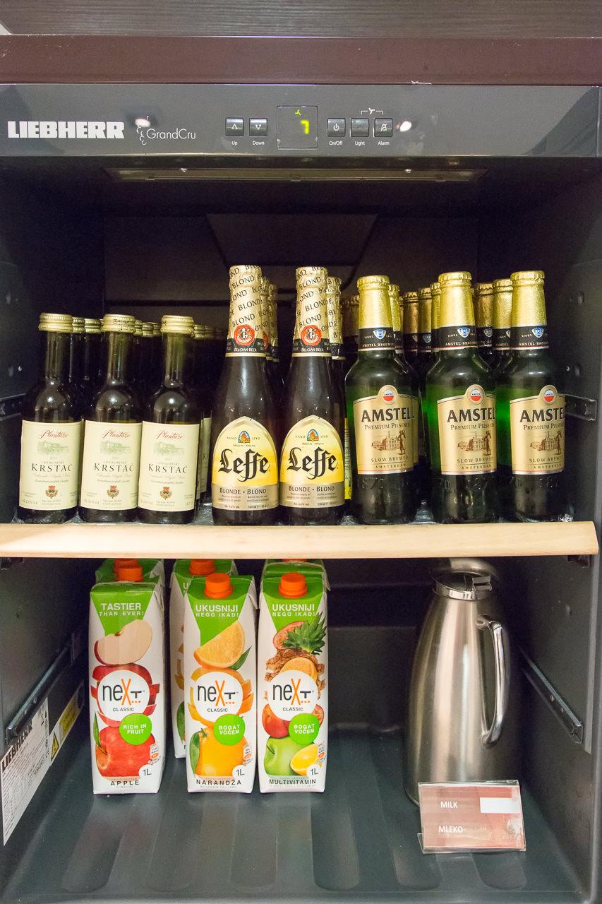 セルビア_ベオグラード_ニコラ・テスラ空港_冷蔵庫のビール