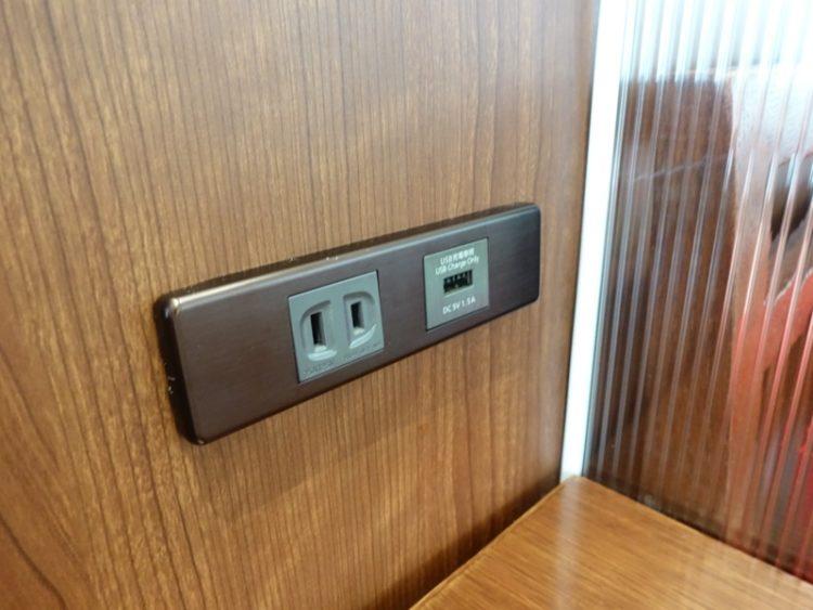 伊丹空港 JALサクララウンジ コンセントとUSB充電