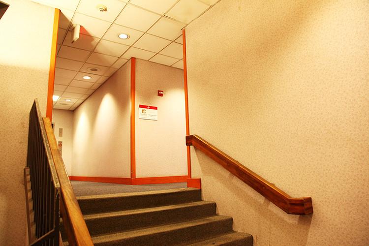 ホノルル空港「サクララウンジ」階段