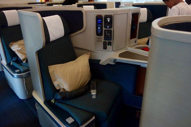 キャセイパシフィック航空(CX925便)ビジネスクラス搭乗記 香港-セブ A330-300 (333/ 33G)