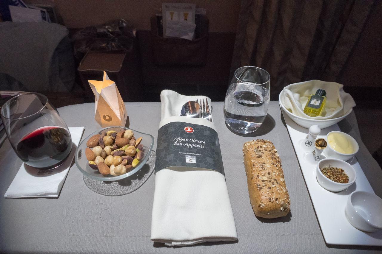 ターキッシュエアラインズ_ワインとナッツ、パン等