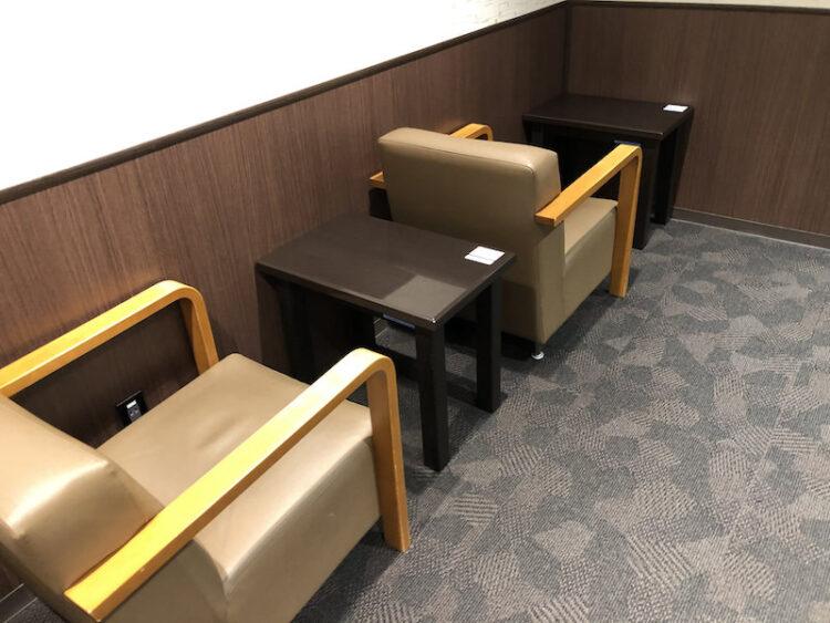 コンセントとテーブルがある壁面席